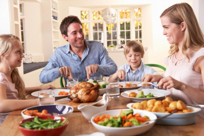 семья обедает