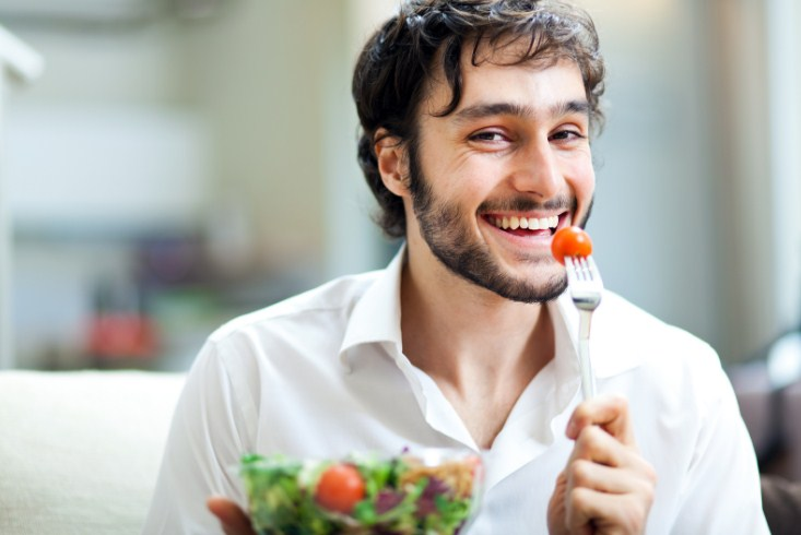 мужчина ест