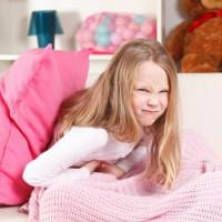 Почему у ребенка болит живот и как с этим справиться
