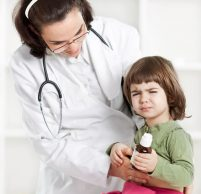 Почему ребенок жалуется на боль в животе и как ему можно помочь