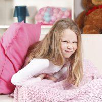 Почему у ребенка болит живот и как ему помочь?