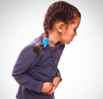 У ребенка болит живот внизу слева: причины и первая помощь
