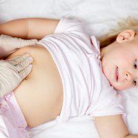 Острая боль в животе у ребенка: основные причины и признаки