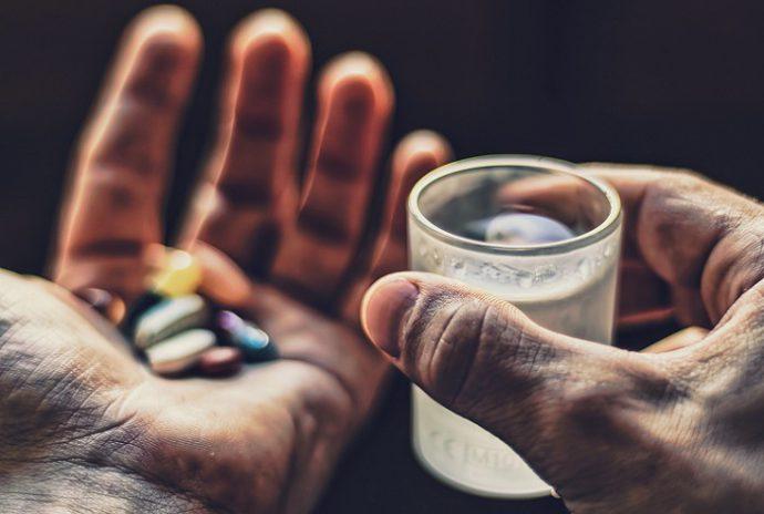 лекарства и стакан воды