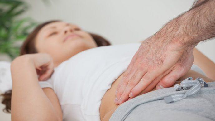 причины болей в животе справа