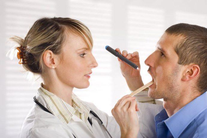врач смотрит язык
