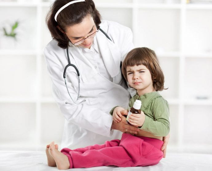 врач осматривает живот ребенка
