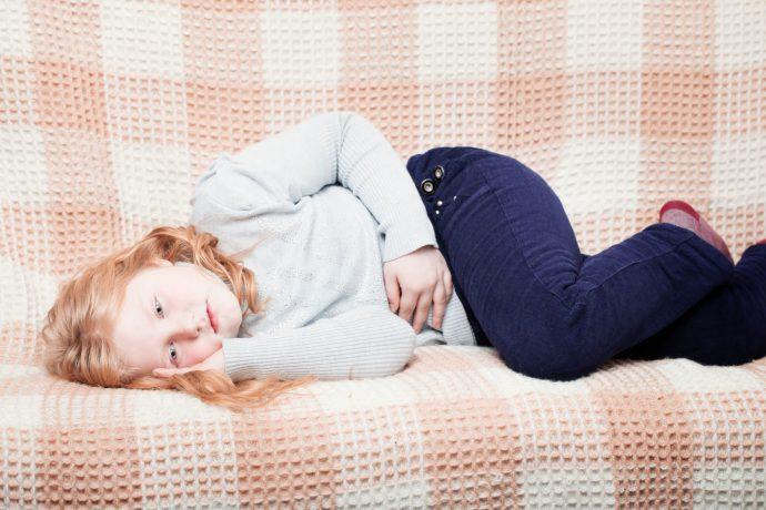 ребенок лежит на правом боку