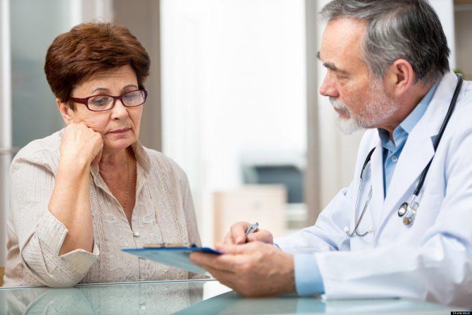 врач консультирует больного