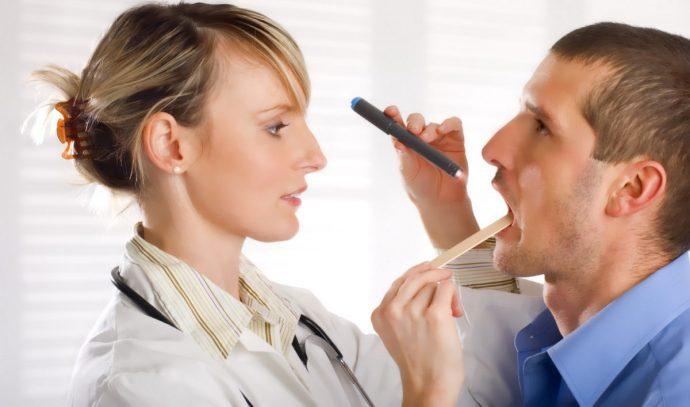 врач осматривает язык