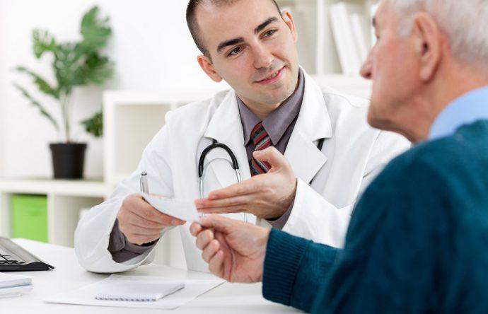 врач прописывает лекарства