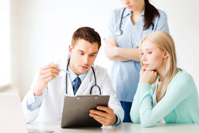 врач подбирает метод терапии