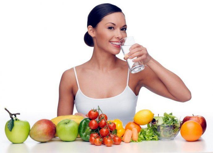 Женщина пьет воду перед едой