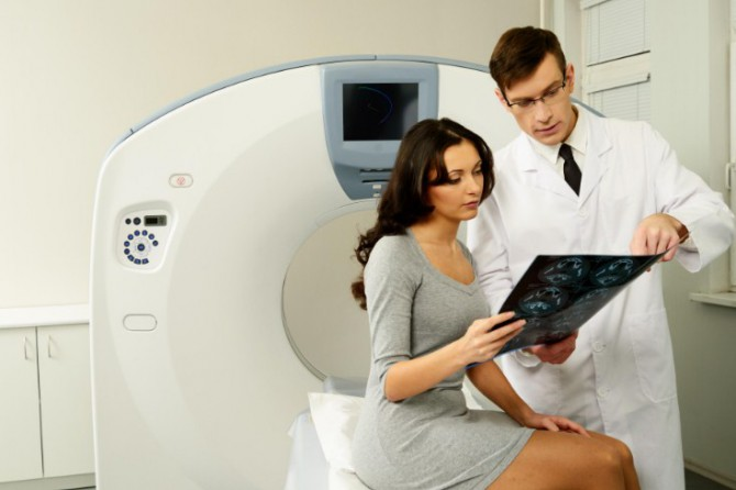 доктор смотрит результаты МРТ