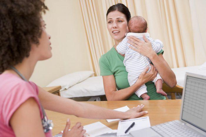 Мать грудничок и врач