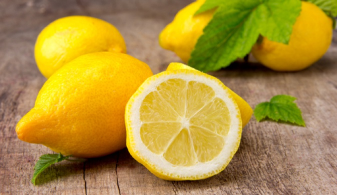 лимон на столе
