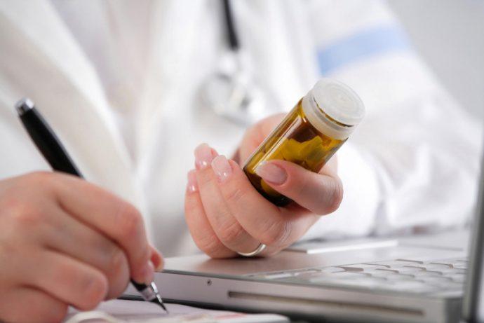 врач назначает лекарство