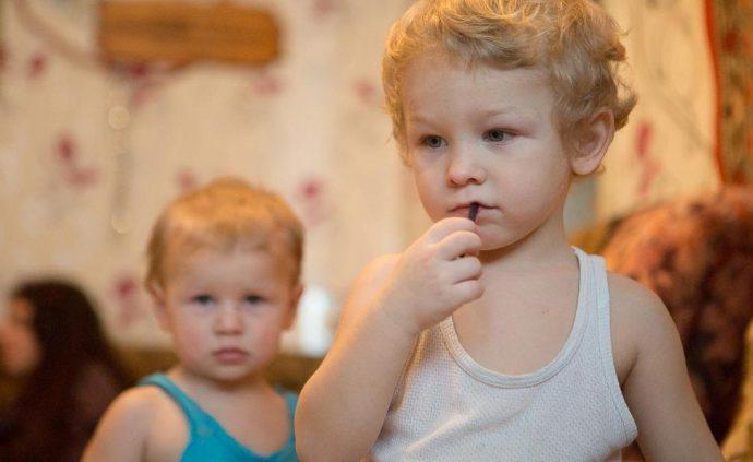 мальчик ковыряется в зубах