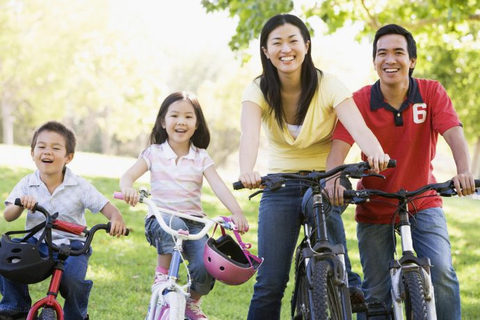 прогулка на велосипедах всей семьей