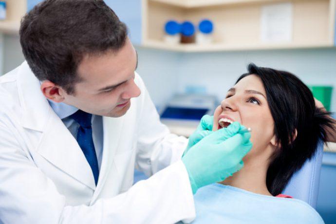 врач осматривает ротовую полость