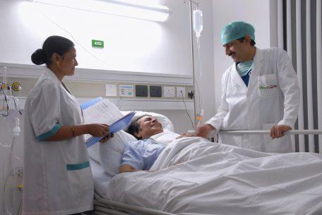 врач обследует больного
