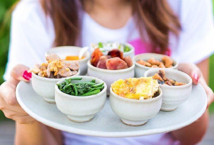 употреблять пищу маленькими порциями