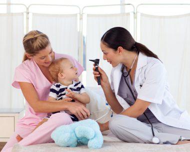 Ребёнка обследует врач